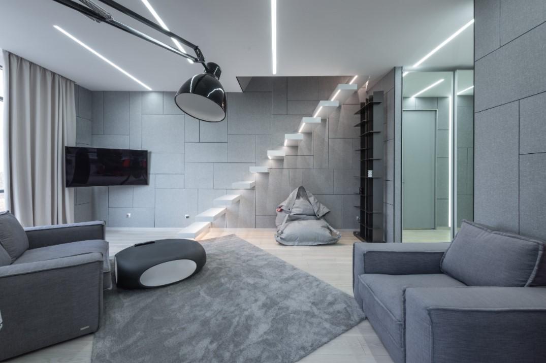 šedý interiér
